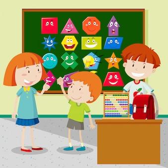 Les étudiants apprennent des formes dans la classe