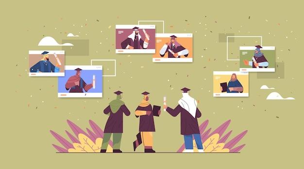 Étudiants arabes diplômés dans les fenêtres de navigateur webdiplômés arabes célébrant leur diplôme universitaire