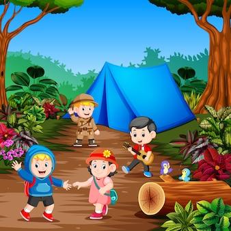 Les étudiants campent au milieu de la forêt