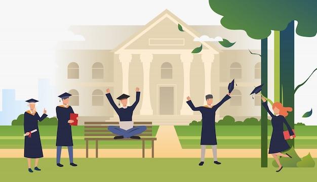 Étudiants célébrant l'obtention du diplôme dans le parc du campus