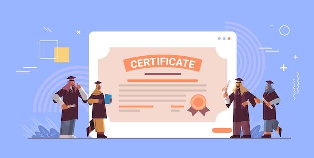 Étudiants diplômés arabes debout ensemble près de certificat diplômés arabes célébrant le diplôme universitaire degré concept d'éducation universitaire illustration vectorielle pleine longueur horizontale