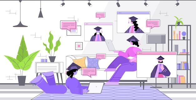 Étudiants diplômés discutant lors d'un appel vidéo diplômés célébrant le diplôme universitaire diplôme éducation concept de communication en ligne salon intérieur horizontal