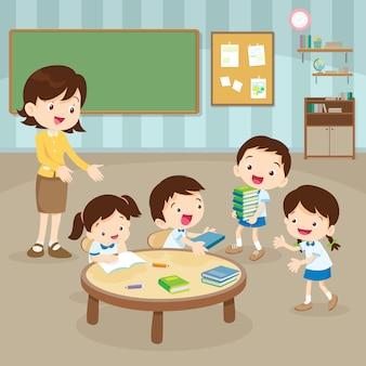 Étudiants et enseignant dans la salle de réunion