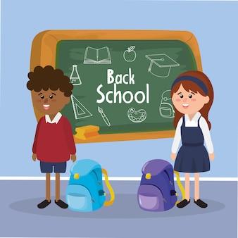 Étudiants fille et garçon avec sac à dos et tableau noir