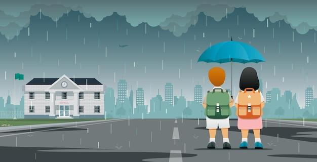 Les étudiants masculins et féminins tenant des parapluies marchent à l'école sous la pluie