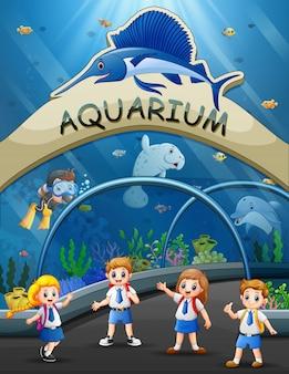 Les étudiants en voyage classé au parc aquarium