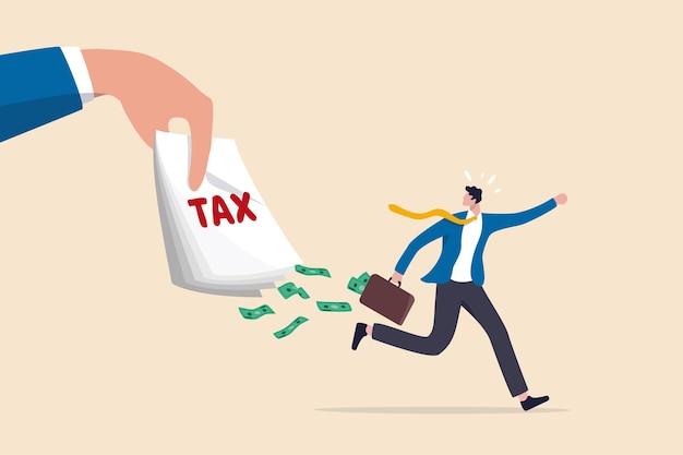 Évasion fiscale, revenus illégaux de la peau et évitement de payer des impôts gouvernementaux, fraude et blanchiment d'argent ou concept de crime financier, un homme d'affaires frustré s'enfuit avec des billets pleins d'argent provenant de factures fiscales.