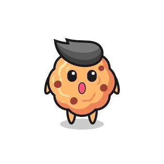 L'expression étonnée du dessin animé de biscuits aux pépites de chocolat, design de style mignon pour t-shirt, autocollant, élément de logo
