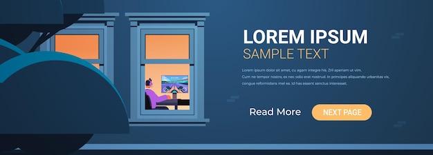 Extérieur du bâtiment avec joueur virtuel jouant à des jeux vidéo en ligne sur ordinateur personnel à la maison portrait illustration vectorielle espace copie horizontale