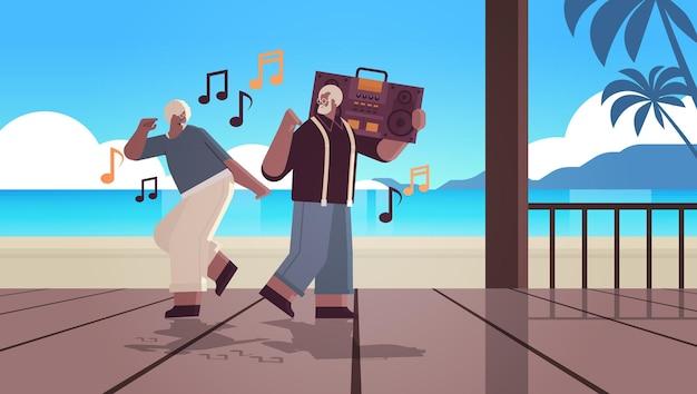 Famille âgée avec basse clipping blaster recorder danse et chant africna grands-parents américains s'amusant concept de vieillesse actif pleine longueur fond de paysage marin illustration vectorielle horizontale