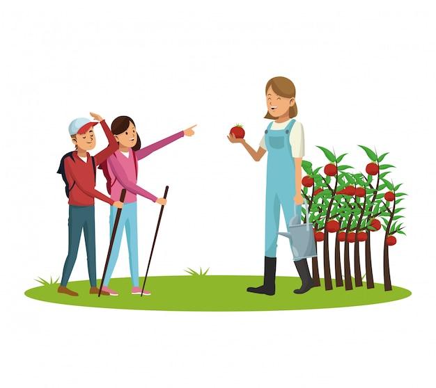 Famille d'agriculteurs avec la récolte de tomate