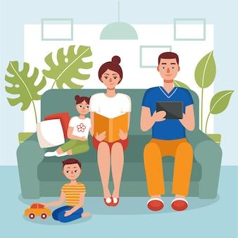 Famille assise sur le canapé et lisant un livre