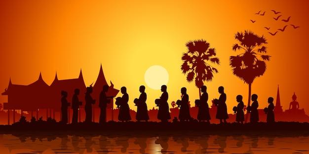 Une famille de bouddhistes offre de la nourriture aux moines