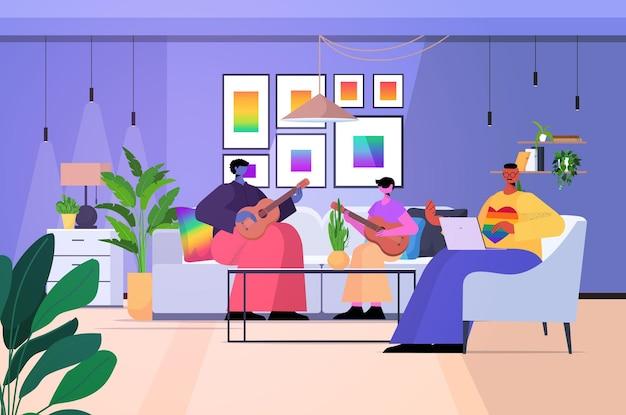 Famille gay jouant de la guitare avec son fils paternité amour transgenre concept communauté lgbt intérieur salon