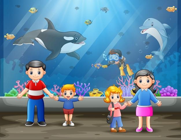Une famille heureuse en aquarium marin