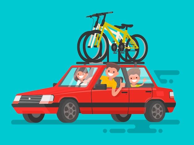 Famille heureuse à cheval dans une voiture. voyage à vélo