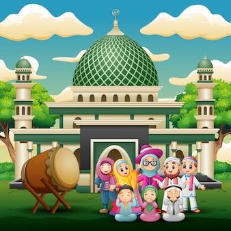 Famille heureuse fête pour l'aïd moubarak devant la mosquée