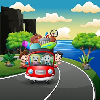 Famille heureuse monte en voiture pendant les vacances