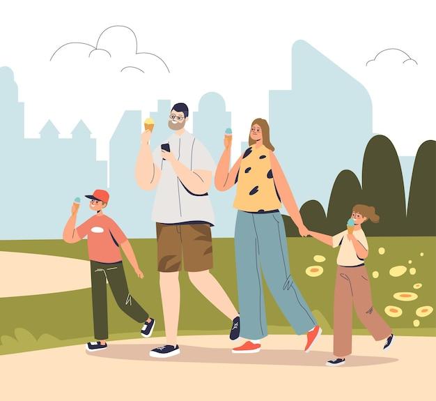 Une famille heureuse se promène dans le parc en mangeant des glaces. joyeuse maman, papa et deux enfants à l'extérieur dans la nature estivale savourent ensemble un dessert froid. illustration vectorielle plane de dessin animé