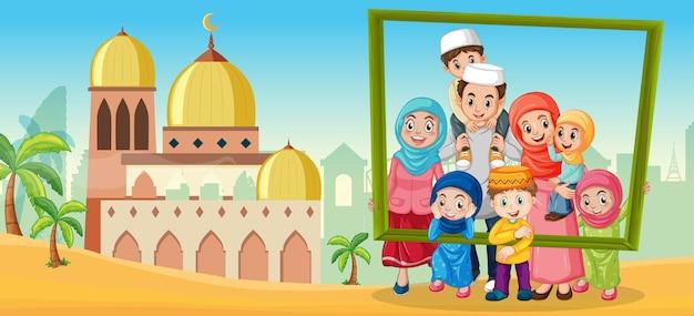 Famille heureuse tenant un cadre photo avec une mosquée en arrière-plan