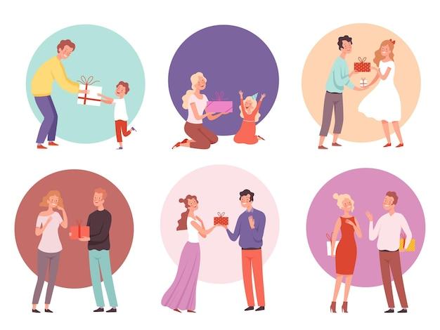 Famille présentant une surprise pour les enfants des couples heureux avec des personnages de cadeaux.