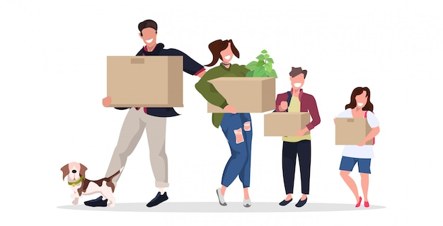 Famille transportant des boîtes en carton heureux parents et enfants avec chien déménageant dans une nouvelle maison