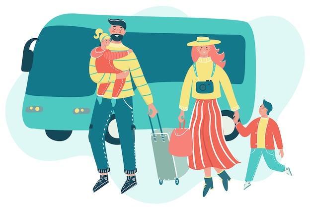 Famille voyageant avec bagages et bus en toile de fond. mère, père et enfants partent en vacances. les parents avec enfants s'amusent ensemble.