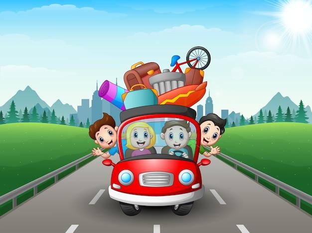 Famille voyageant dans la voiture