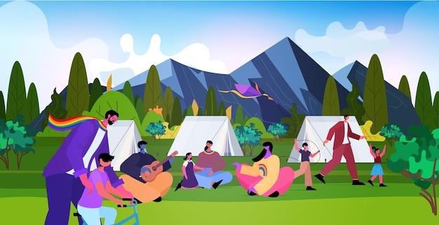 Les familles lesbiennes gaies profitant d'un camp d'été ensemble transgenres amour communauté lgbt concept paysage fond horizontal pleine longueur illustration vectorielle