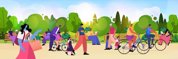 Les familles lesbiennes gays marchant dans le parc ensemble transgenres aiment fond de paysage de concept de communauté lgbt