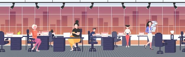 Fat obese businesswoman eating fast food au lieu de travail bureau en surpoids femme d'affaires nutrition malsaine obésité concept moderne bureau intérieur