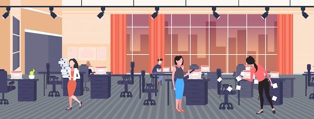 Femme d'affaires affichant des autocollants à l'aide de notes autocollantes, planification de la gestion de démarrage, concept de travail d'équipe, hommes d'affaires travaillant ensemble dans un bureau créatif horizontal pleine longueur