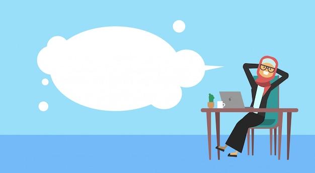 Femme d'affaires arabe assis au bureau tenir la tête bulles d'affaires femme bannière café concept pause