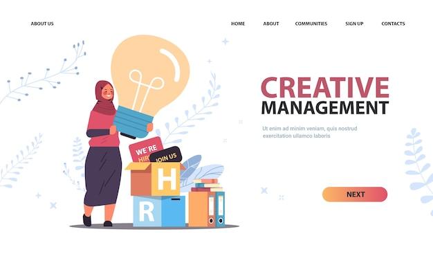 Femme d'affaires arabe hr manager holding ampoule gestion créative recrutement ressources humaines concept horizontal copie espace pleine longueur illustration vectorielle