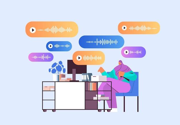 Femme d'affaires arabe sur le lieu de travail communiquer dans des messageries instantanées par messages vocaux application de chat audio médias sociaux concept de communication en ligne illustration vectorielle horizontale pleine longueur