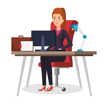 Femme d'affaires assis au bureau