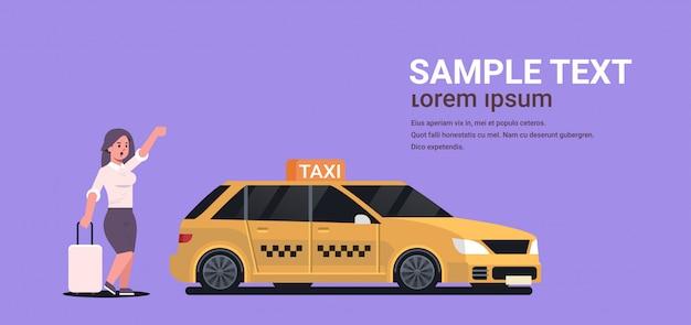 Femme affaires, attraper, taxi, sur, rue, femme affaires, dans, habillement formel, à, bagage, arrêt, taxi jaune, ville, service transport