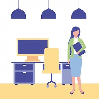 Femme d'affaires au bureau de l'espace de travail