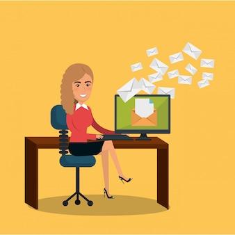 Femme d'affaires au bureau avec des icônes de marketing par courriel