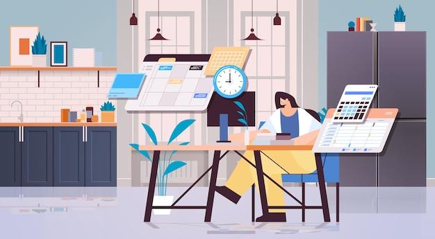 Femme d'affaires au lieu de travail planification de la journée planification de la gestion du temps