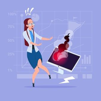 Femme d'affaires ayant des problèmes de travail avec un ordinateur cassé