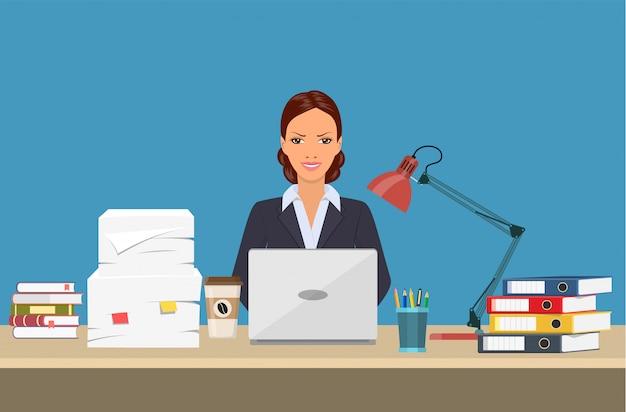 Femme d'affaires avec des choses de bureau.