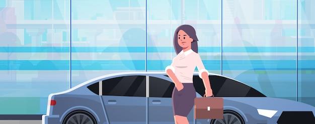 Femme affaires, debout, près, voiture luxe, femme, dans, habillement formel, tenue, valise, aller, travailler, affaires