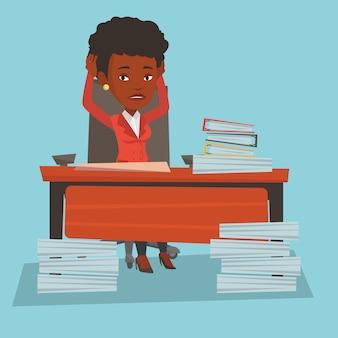 Femme d'affaires désespérée travaillant au bureau.