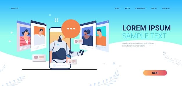 Femme d'affaires discutant avec un robot sur l'écran du smartphone pendant la page de destination d'un appel vidéo