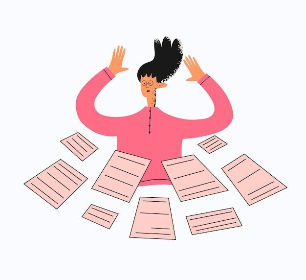 Femme d'affaires ethnique entourée de documents