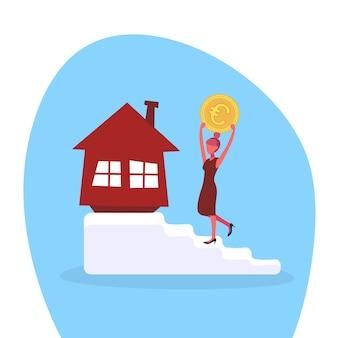Femme d'affaires grimper les escaliers avec une pièce de monnaie