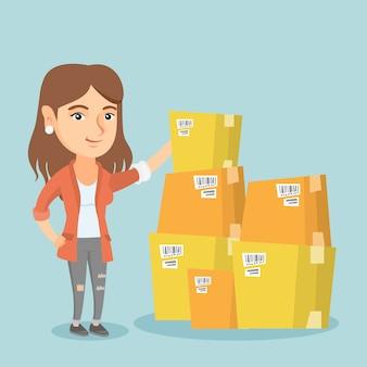 Femme d'affaires jeune vérifiant les cases dans l'entrepôt.