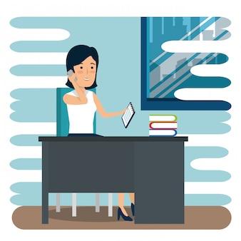 Femme d'affaires avec des livres et des documents au bureau