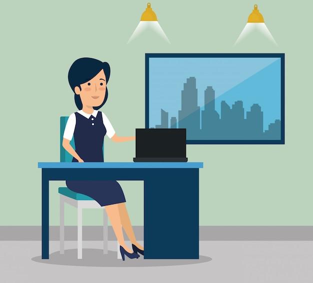 Femme d'affaires avec ordinateur portable au bureau